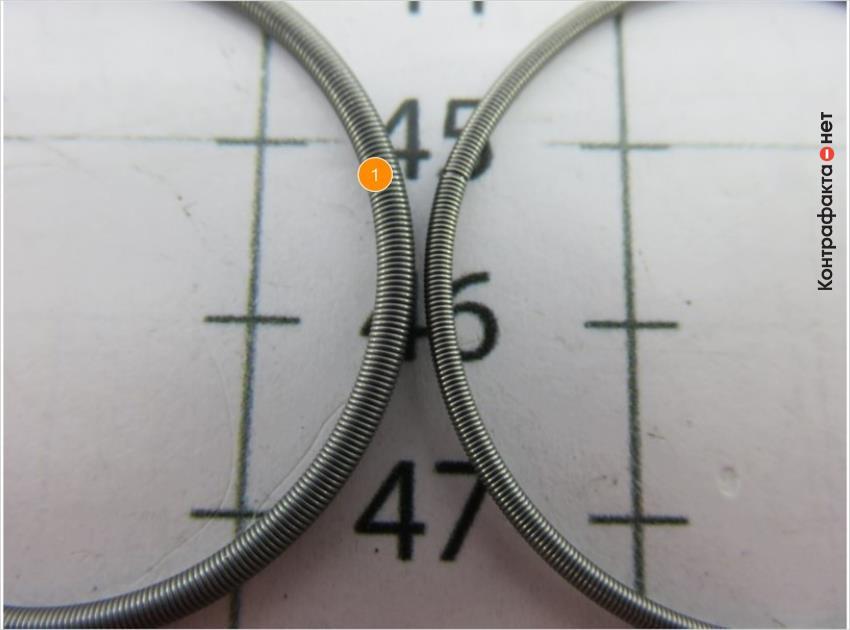 1. Различается толщина и оттенок пружины.