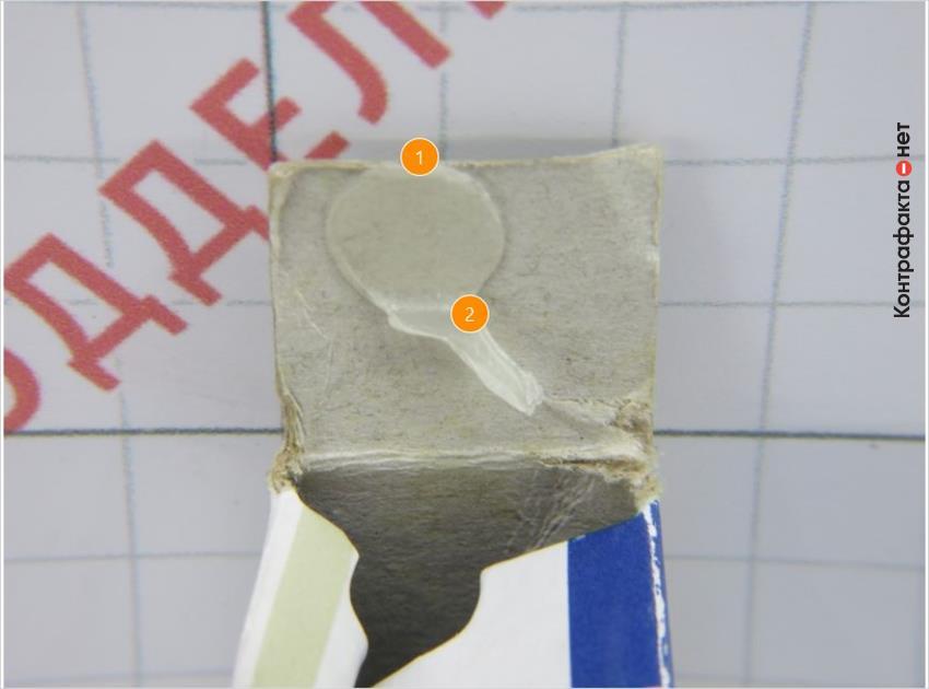 1. Клеящий материал нанесен в произвольном месте. <br> 2. Обильная дозировка клея с многочисленными подтеками.