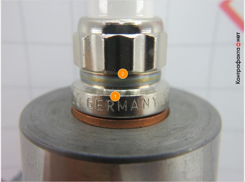 1. Разница цвета каления металла. <br> 2. Различается толщина нанесенной гравировки и ее расположение.