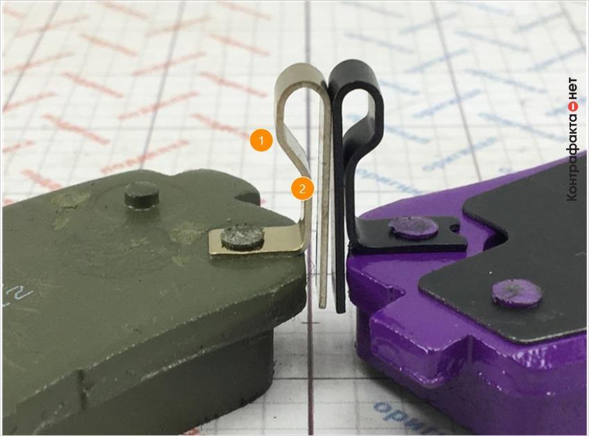 1. Отличается форма пискуна. <br> 2. Отличается цвет метала пискуна.